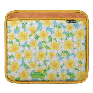 Plumeria-Strand-Blumen u. blauer Himmel iPad Sleeve