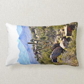 Polyester-lumbales Kissen - Saguaro in den Bergen