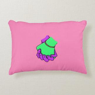 Pop-Kunst-Hand, die Kissen hält