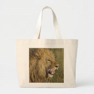 Porträt des Löwe-Mannes seinen Mund leckend Jumbo Stoffbeutel