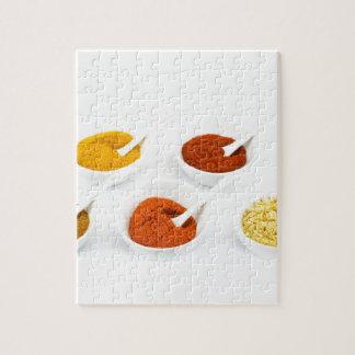Porzellanschüsseln und -löffel mit verschiedenen puzzle