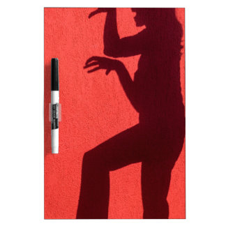 Profilschatten der Frau auf roter Wand Trockenlöschtafel