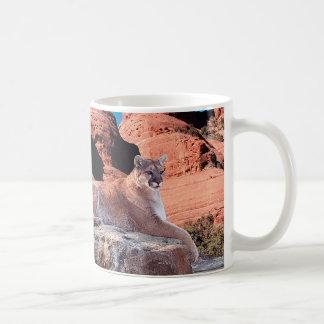 Puma, der auf Felsen stillsteht - Kaffeetasse