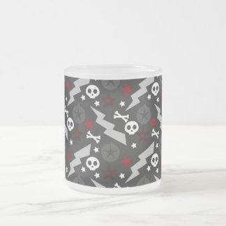 Punkstyle-Tasse mit Totenköpfen Mattglastasse