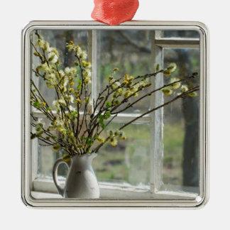 Pussy-Weiden durch den Windowsill Quadratisches Silberfarbenes Ornament