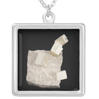 Pyrit-Kristalle im Schiefer Versilberte Kette