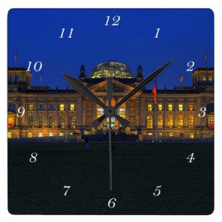 Quadratische Wanduhr Berlin Reichstag am Abend