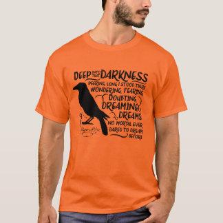 Rabe (tief in diese Dunkelheit) durch Edgar Allan T-Shirt