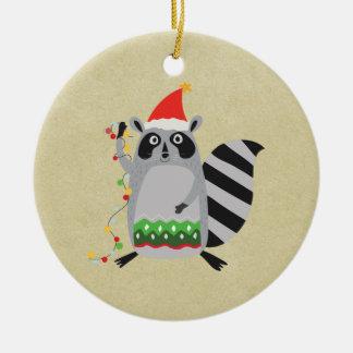 Raccoon in der Weihnachtsmannmütze verwirrt oben Rundes Keramik Ornament