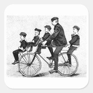 Radfahrenfamilie - Vintage Fahrrad-Illustration Quadratischer Aufkleber