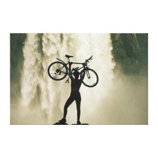 Radfahrer vor Wasserfall Gespannter Galeriedruck