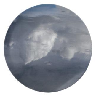 Reflexion der Wolken auf Wasser Teller
