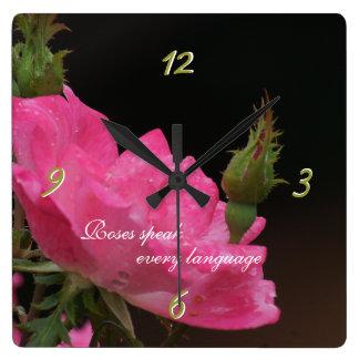 Regen auf rosa Rosen-Uhr - fertigen Sie besonders  Uhr