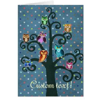 Regenbogen-Eulen, die auf dem Baum sitzen Karte
