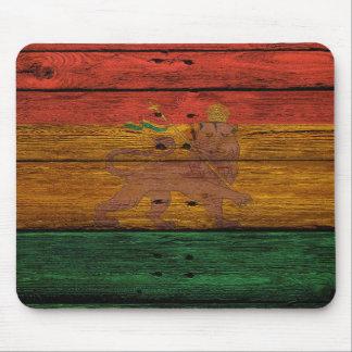 Reggaelöwe-Wappen auf hölzerner Beschaffenheit Mousepads