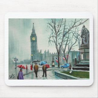 Regnerischer Tag in London-Leuten mit Mauspad