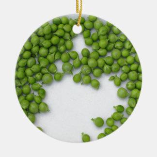 Reife grüne Erbsen auf einer Platte Keramik Ornament