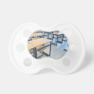 Reihen der Tabellen und der Stühle im Schnuller