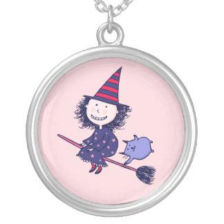 Reizende kleine Hexe-Rosa-Halloween-Halskette Versilberte Kette