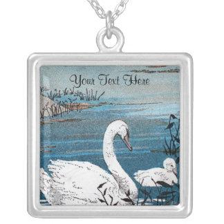 Reizender weißer Mutter-Schwan im See mit Versilberte Kette