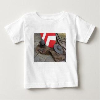 Repliken der mittelalterlichen Sturzhelme, der Baby T-shirt