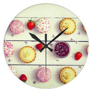 Retro Küchenuhr mit kleinen Kuchen und Erdbeeren Große Wanduhr