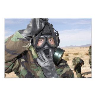 Rifleman setzt an seine Gasmaske Photo Drucke