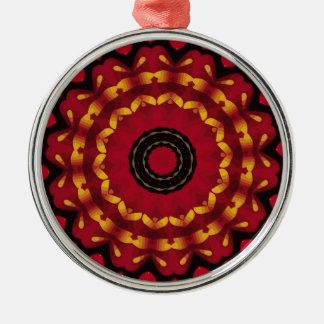 Ringe des Goldes auf roter Mandala Rundes Silberfarbenes Ornament