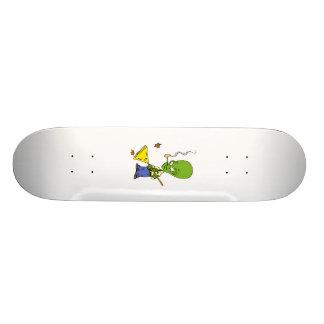Rohr-rauchendes alien, das Blätter harkt Bedruckte Skateboarddecks