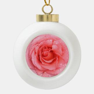 Romantische rote rosa Rosen-Wasser-Tropfen Keramik Kugel-Ornament