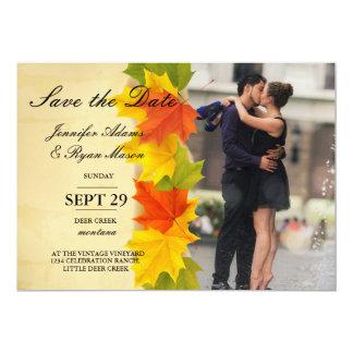 Romanze Kuss der Paare im Brunnen/im Fallthema Karte