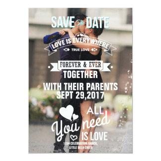 Romanze Kuss der Paare im Brunnen/Save the Date Karte