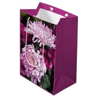 Rosa Chrysanthemen mit Blumen Mittlere Geschenktüte