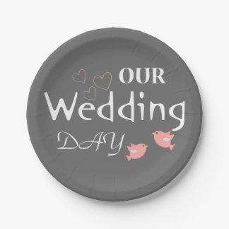 Rosa Lovebirds-graue Hochzeits-Mitteilung - Grau Pappteller