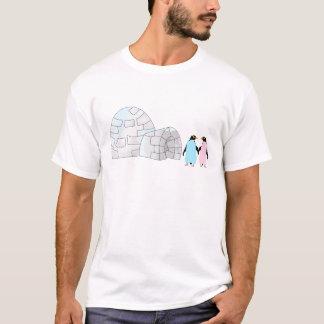 Rosa und blaue Pinguine am Iglu T-Shirt