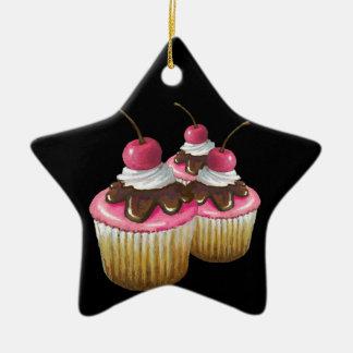 Rosa Zuckerglasur auf kleinen Kuchen: Kirsche auf Keramik Stern-Ornament