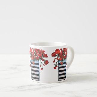 Rote Blumen im gestreiften Schwarzweiss-Vase Espressotasse