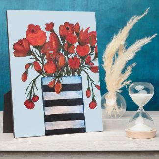Rote Blumen im gestreiften Schwarzweiss-Vase Fotoplatte