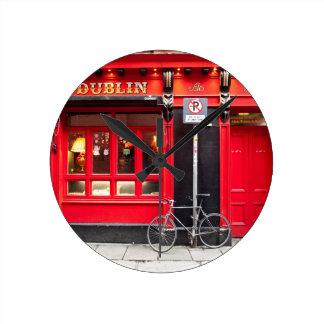 Rote Dublin-Kneipe Runde Wanduhr