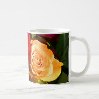 Rote gelbe Rosen-Tasse - kundengerecht
