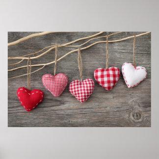 Rote Herzen auf hölzerner Tabelle Poster