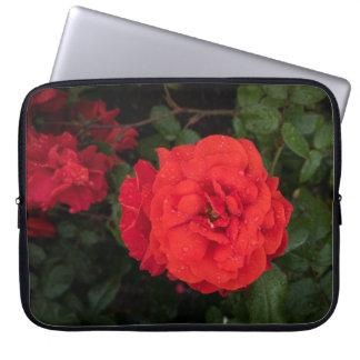 Rote Rose mit Regentropfen-Laptop-Hülse Laptopschutzhülle