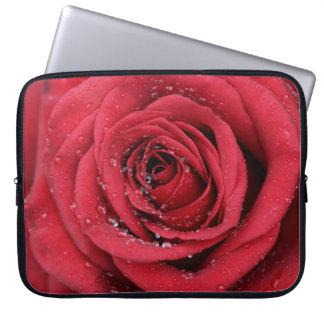 Rote Rose mit Tröpfchen Laptopschutzhülle