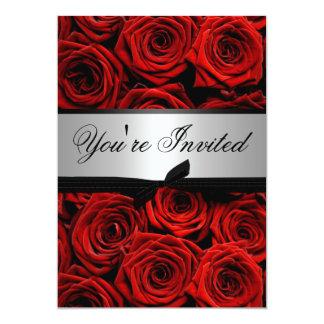 Rote Rosen, die kundenspezifische Einladungen