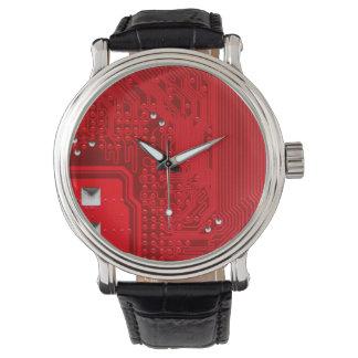rote Schaltungsmotherboard-Musterbeschaffenheit Armbanduhr