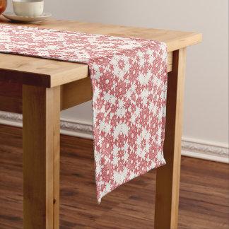 Rote Schneeflocken auf Weiß Kurzer Tischläufer