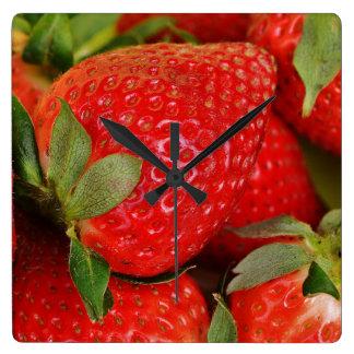 Rote süße Erdbeeren Quadratische Wanduhr
