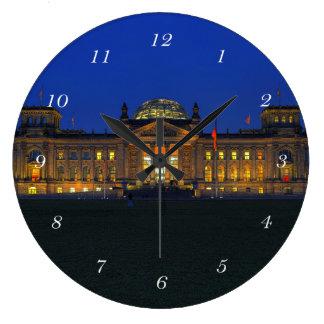 Runde Wanduhr Berlin Reichstag am Abend