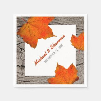 Rustikale Holz-und Blätter-Hochzeit im Papierservietten