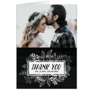 Rustikaler Chic-weiße Blumen auf Tafel danken Grußkarte